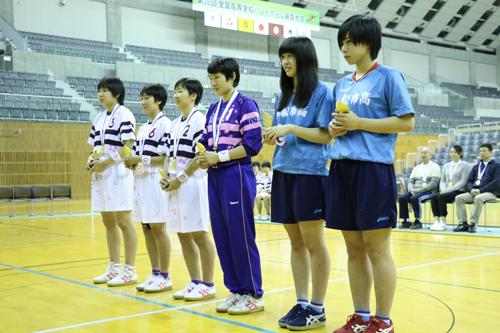 女子表彰式で表彰を受けた白梅学園(白)と小松市立(青)の選手たち