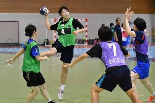 女子ジュニア代表は、世界選手権行きをかけた7月の大一番の前に、U-22東アジア選手権でレベルアップを図る(写真は女子ジュニア合宿より)