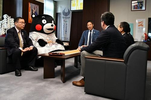 鈴木長官(写真中央)との懇談は、終始なごやかな雰囲気で行なわれた