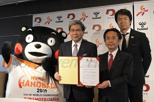 熊本県とhummelは、大会成功に向けて協力していくことを発表した(写真左からくまモン、蒲島郁夫熊本県知事、佐々木恭一代表取締役社長、松澤敬二ヒュンメル事業部部長)