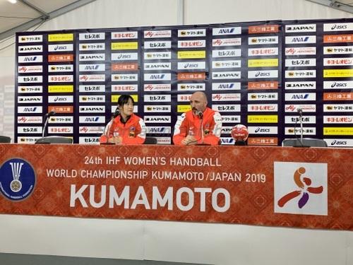 開幕戦に向けて抱負を語ったキルケリー監督(右)。左は藤田愛通訳