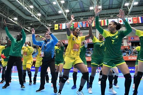 試合後には互いを称え合い、いっしょに踊っていたブラジルとセネガル