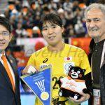 キャプテン永田はこの試合で国際試合出場100試合を達成。国際ハンドボール協会のフラッグとくまモンのぬいぐるみが記念品として贈られた